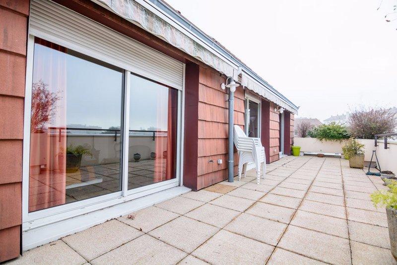 chalon maison sur le toit avec double terrasse et garage chalon sur sa ne 71100. Black Bedroom Furniture Sets. Home Design Ideas